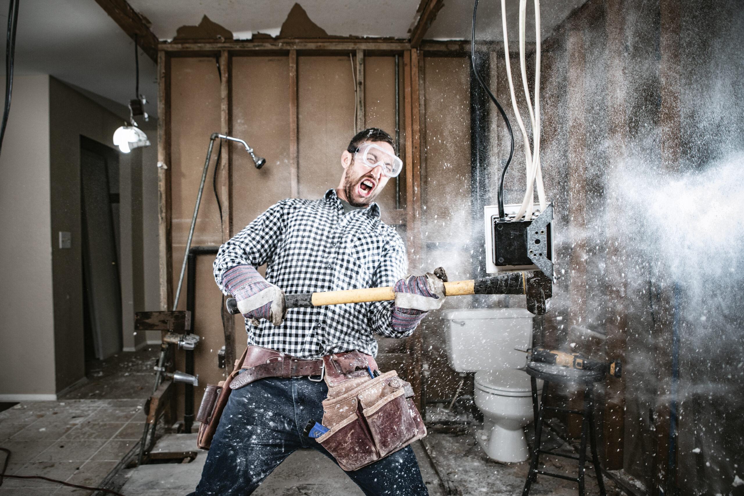 Ein Mann versucht, sein Haus zu renovieren, mit lustigen und katastrophalen Ergebnissen. Er schwingt einen Vorschlaghammer und reißt einen Teil einer Wand heraus.